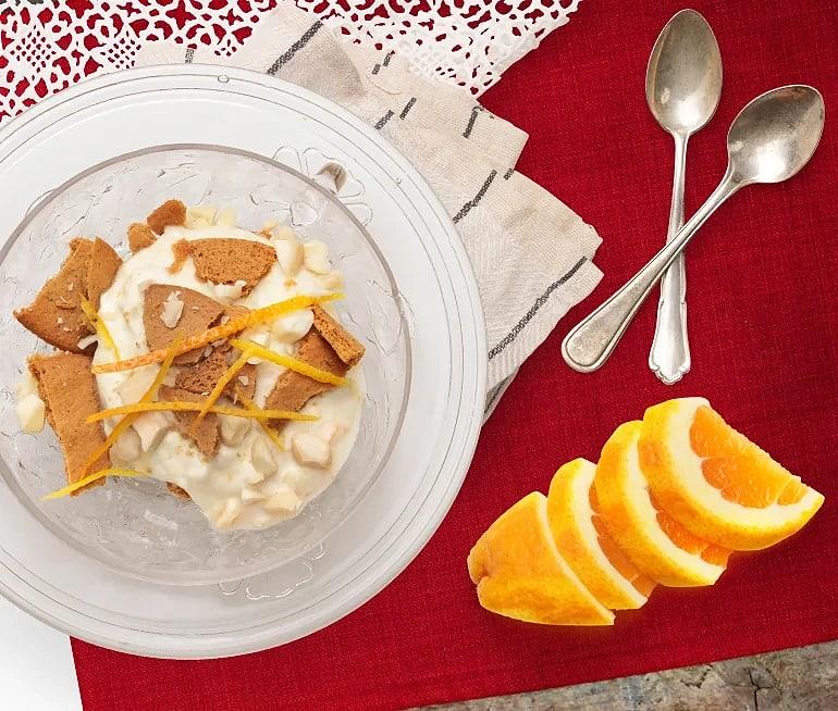 Apelsin- och ingefärsyoghurt med krossade pepparkakor