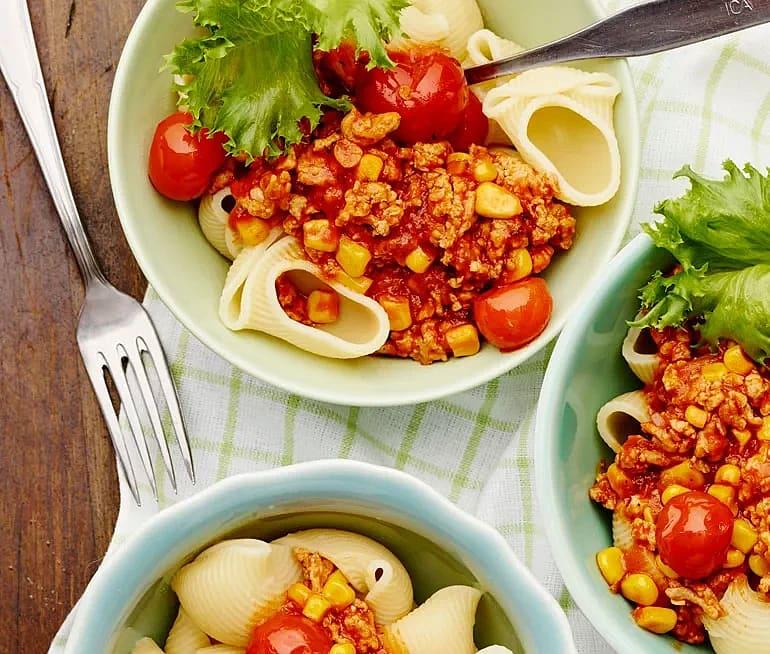 Pasta med färs, majs och tomat