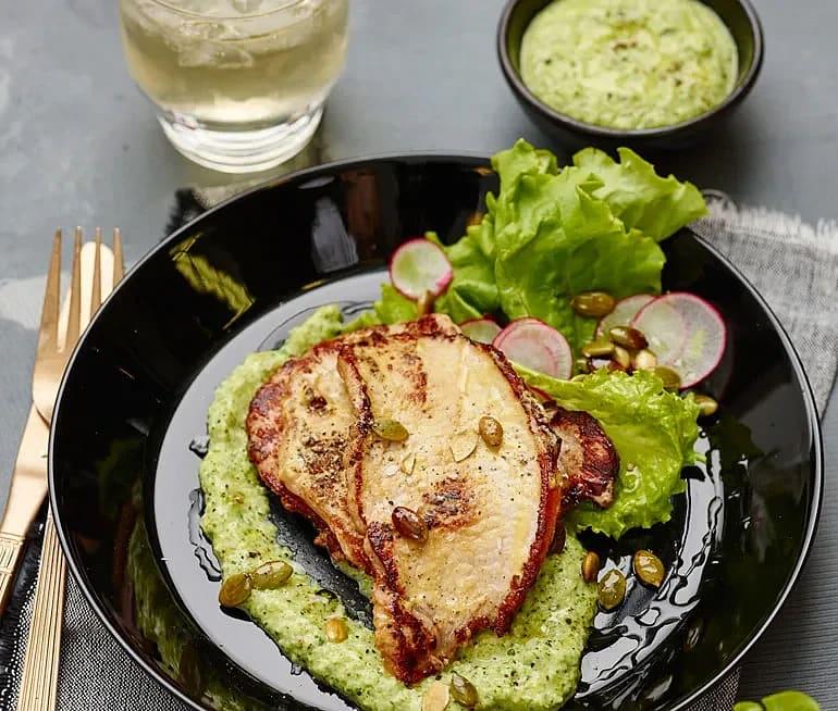 Senapsstekt kotlett med broccoli- och dragonkräm