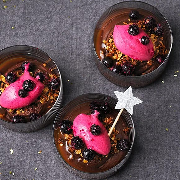 Chokladkräm med svartvinbärsmousse och kaffekolasås