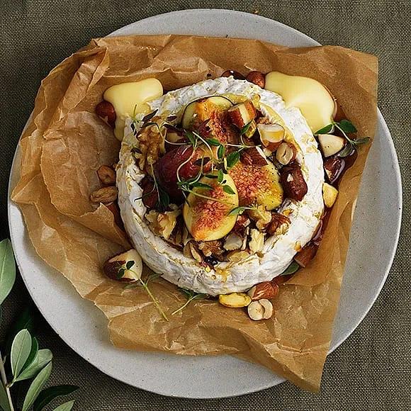 Bakad brie med fikon, nötter och lönnsirap