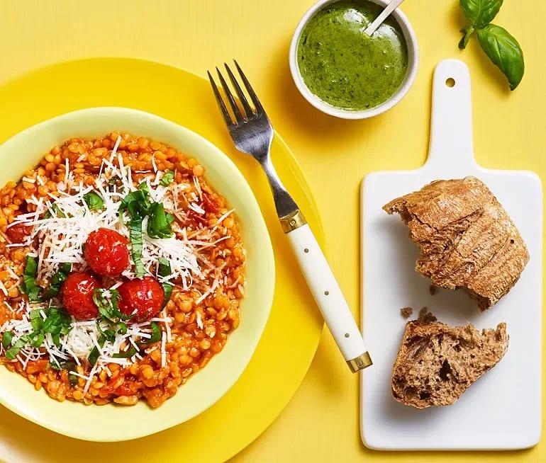 Linsotto med pecorino och tomat