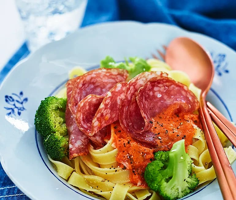 Tagliatelle med tomatsås och salami