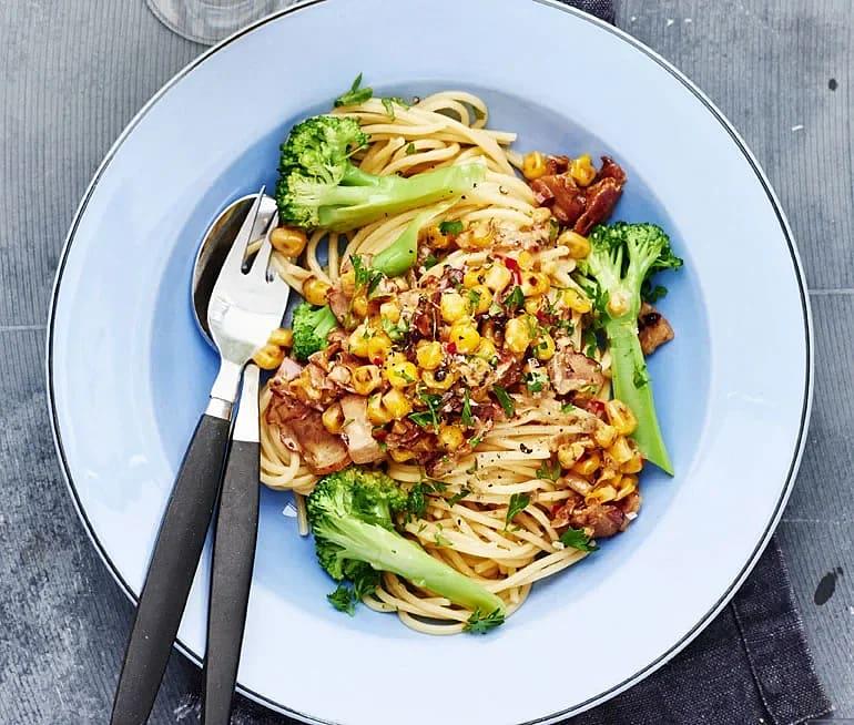 Spaghetti med majs och torrsaltat bacon