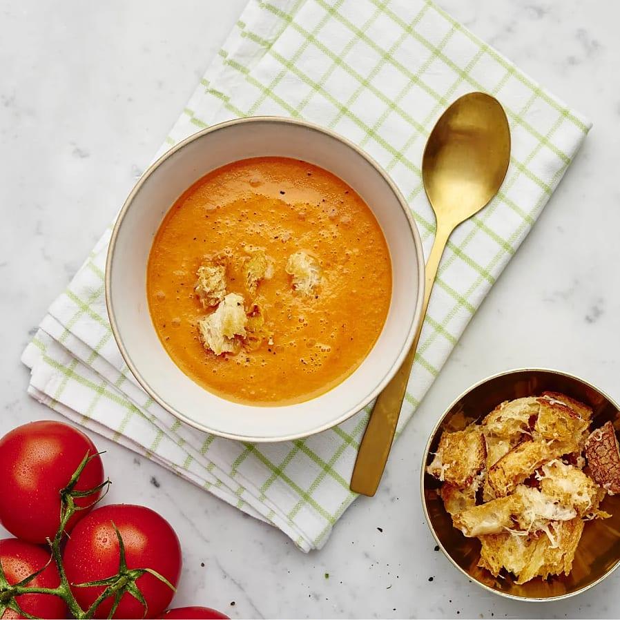 Tomatsoppa med enbär och parmesankrutonger