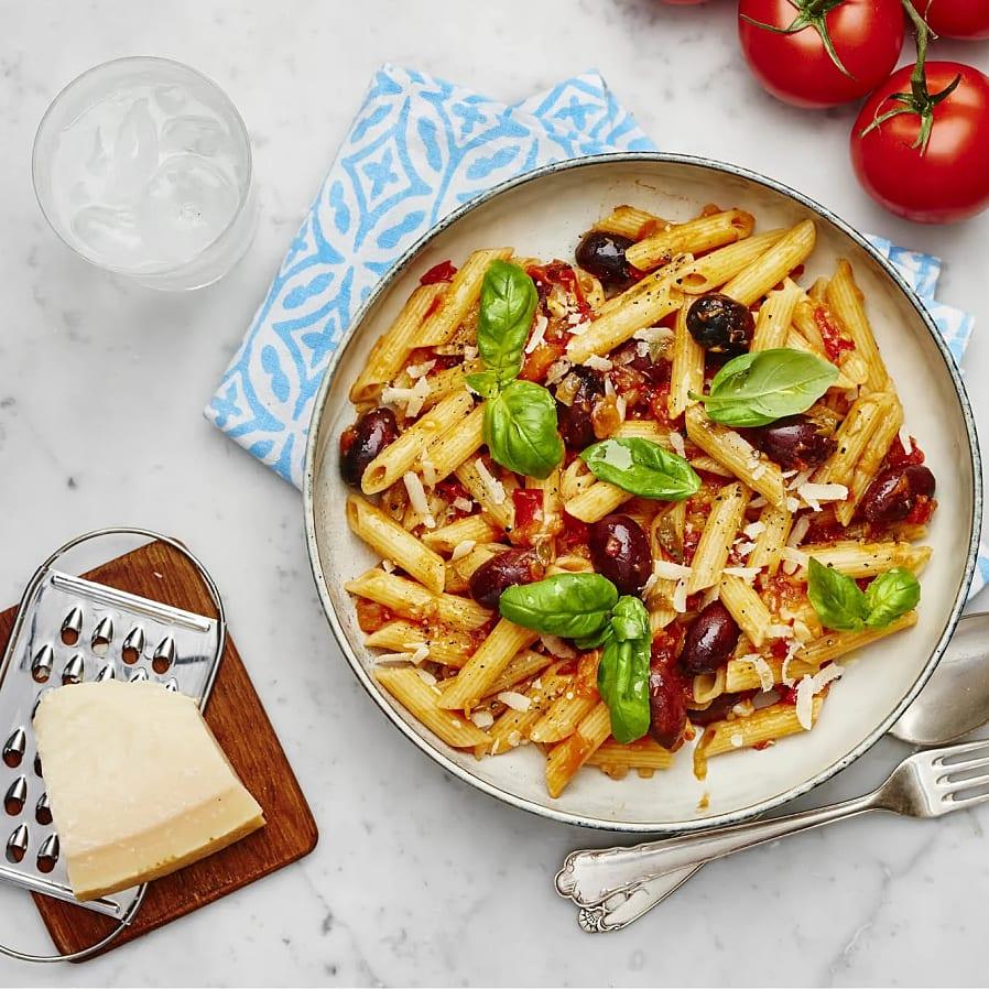 Pasta med tomatsås, oliver och sardeller