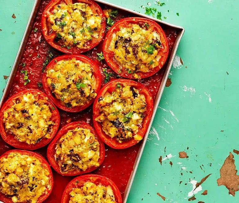 Fetaostgratinerad tomat med oliver och lantbröd