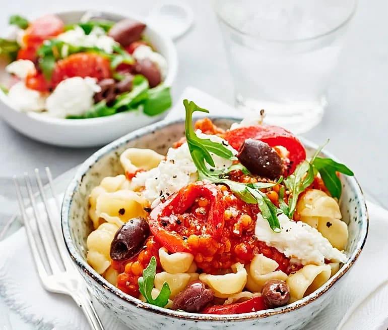 Tomatpasta med grillad paprika och oliver