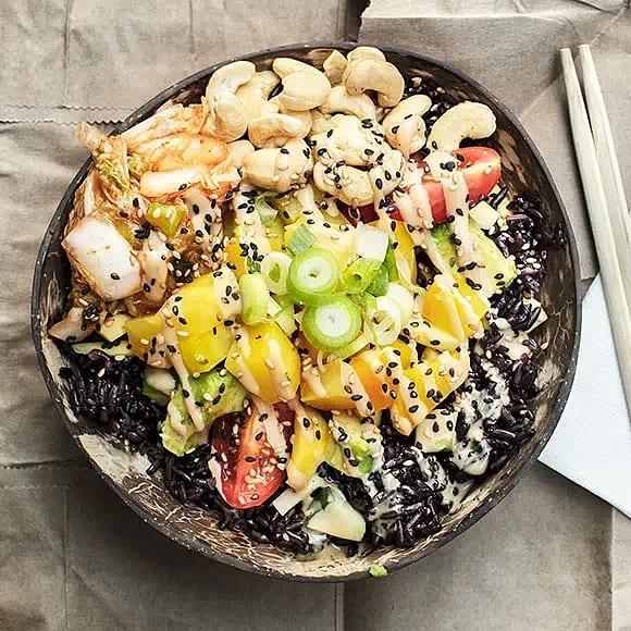 Poké bowl med gulbetor, limedressing och sesamsås