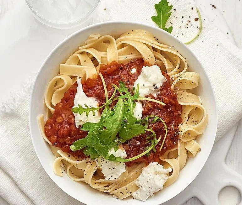 Tagliatelle med tomatsås och mozzarella
