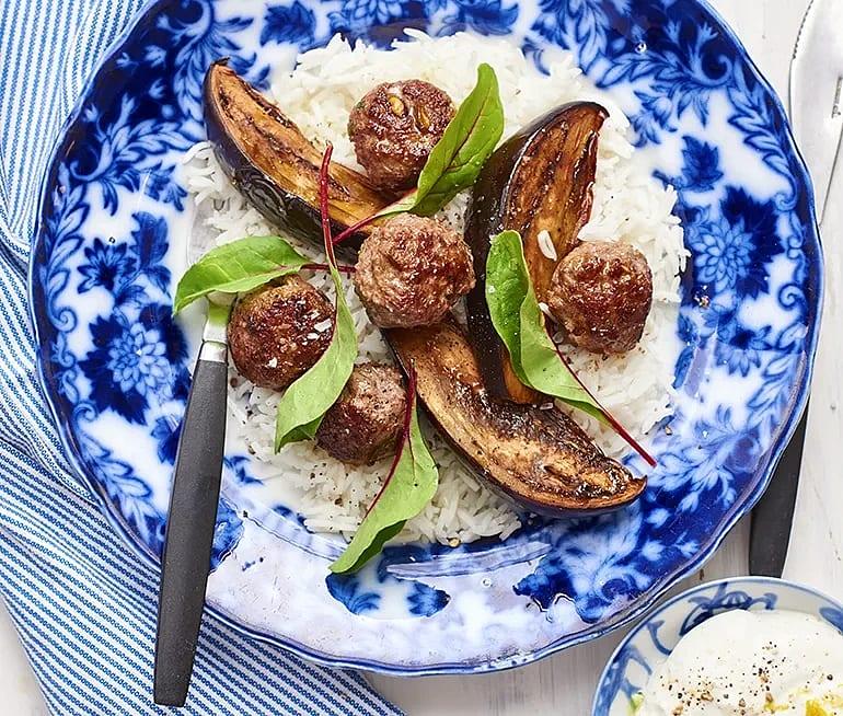 Rostad aubergine med köttbullar och citronyoghurt