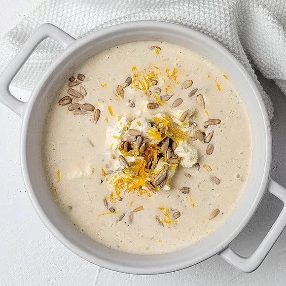 Vit bönsoppa med frö- och fetatopping