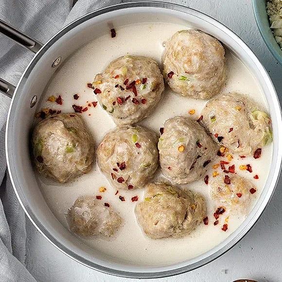 Kokoskokta kycklingbollar