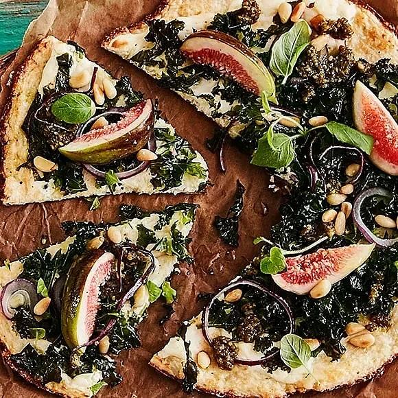 Blomkålspizza med grönkål, pesto och fikon