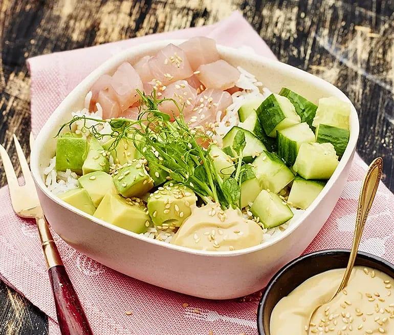 Poké bowl med tonfisk och sojamajonnäs