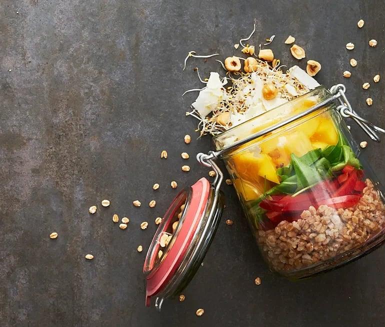 Shake salad med matvete, mango och halloumi