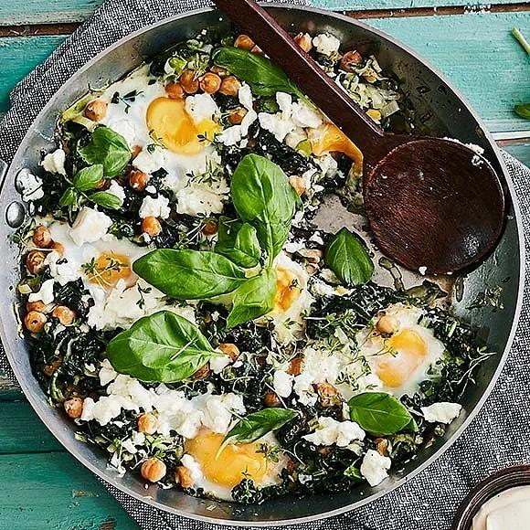 Svartkålspanna med zucchini, kikärter och bakade ägg