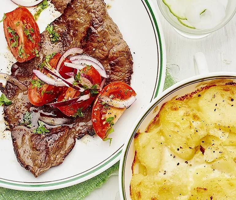 Lövbiff med potatisgratäng och tomatsallad