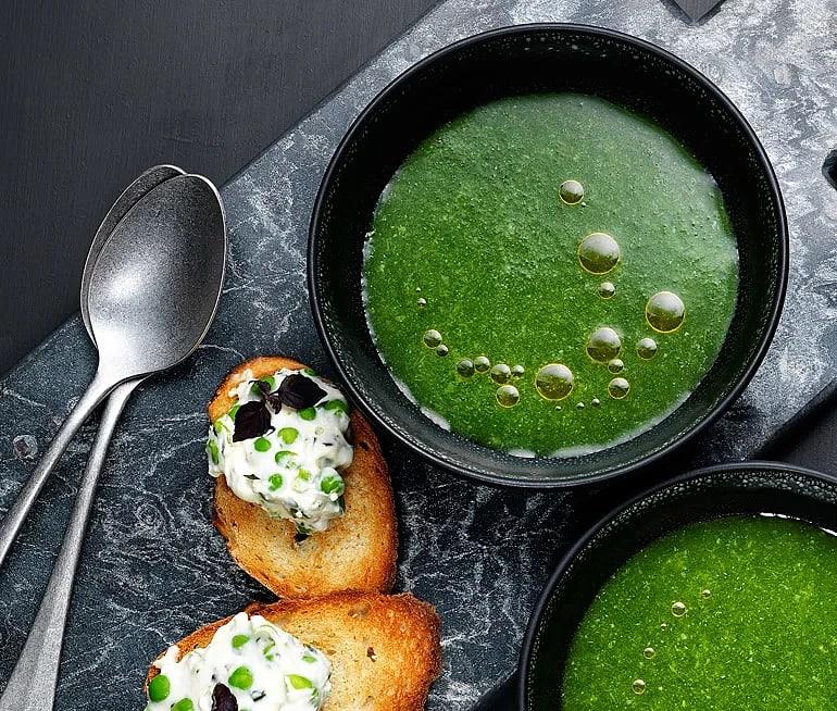 Grönsakssoppa à la minute med ärtröra och toast