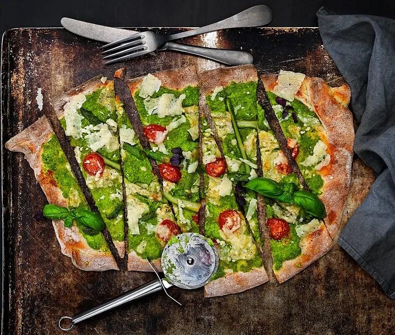 Pizza med ärtcrème, sparris och parmesan