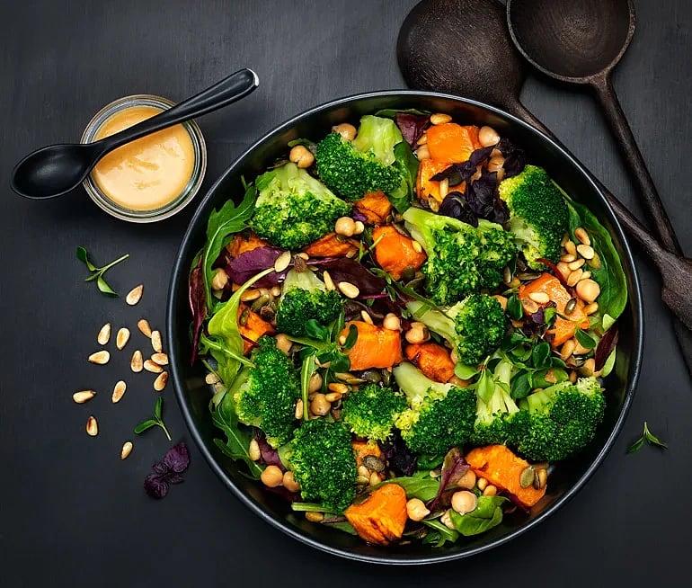 Broccolisallad med rostade nötter och sötpotatis