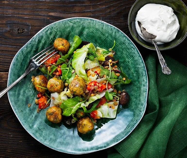 Grönsaksbullar med linssallad och syrlig sås