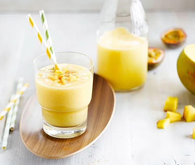 Smoothie med mango och kokosnötsdryck