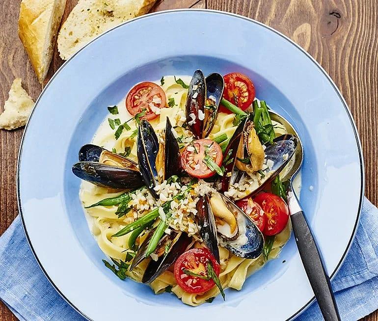Fettuccine med musslor, persilja och tomat