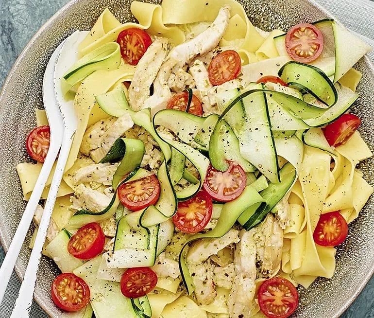 Krämig pestokyckling med zucchinisallad