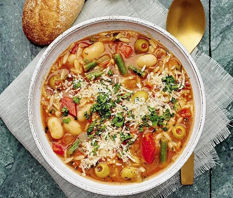 Minestronesoppa med oliver och parmesan