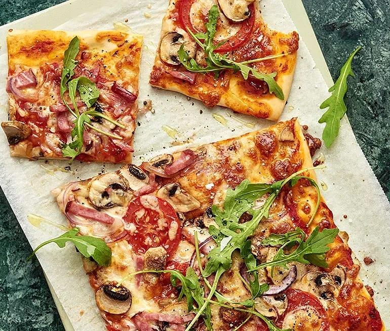 Pizza med skinka och mozzarella