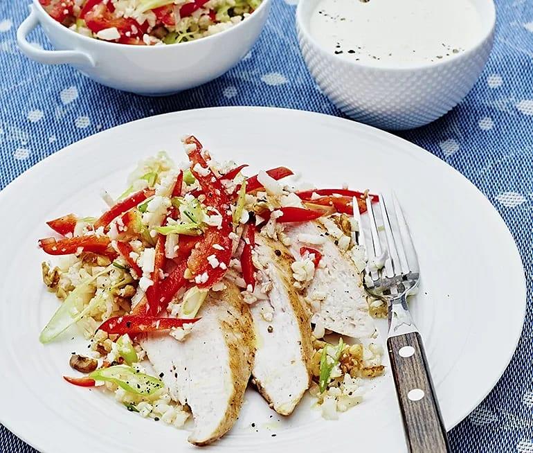 Stekt kyckling med blomkålsris och vitlökssås
