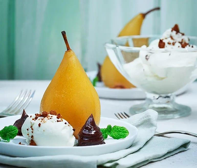 Kanelkokta päron med vispad grädde och chokladkräm