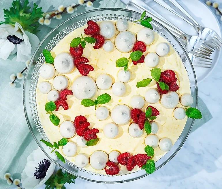 Mangomoussetårta med hallon och lakritsmaränger