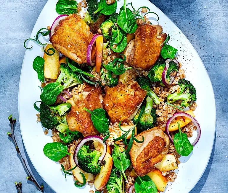 Rosmarinstekta kycklinglårfiléer med äppelcidersås och broccolisallad