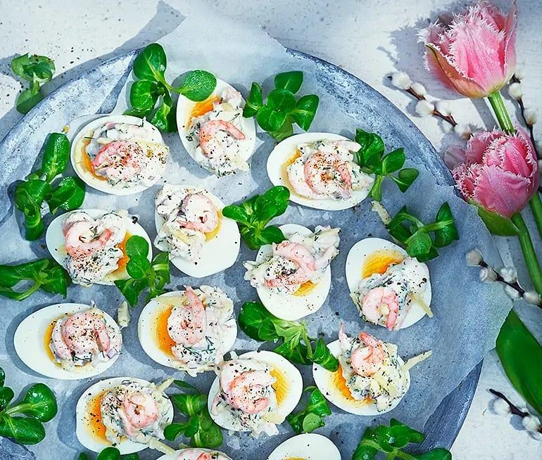 Ägghalvor med räk- och oströra