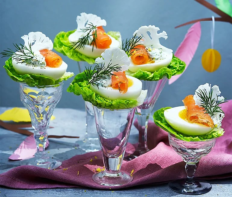 Ägghalvor med najadlax, örtig majonnäs och hyvlad blomkål