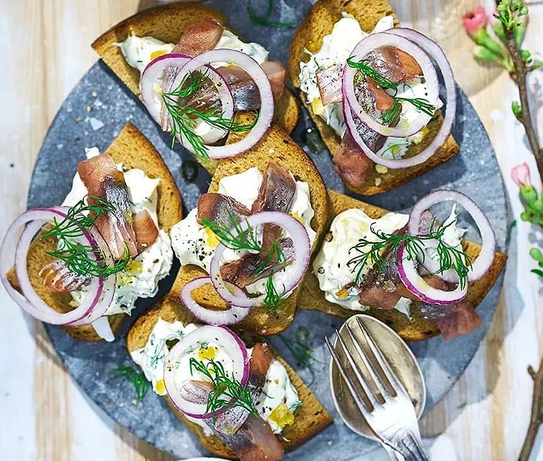Smörrebröd på ankarstock, senap, ägg och matjessill