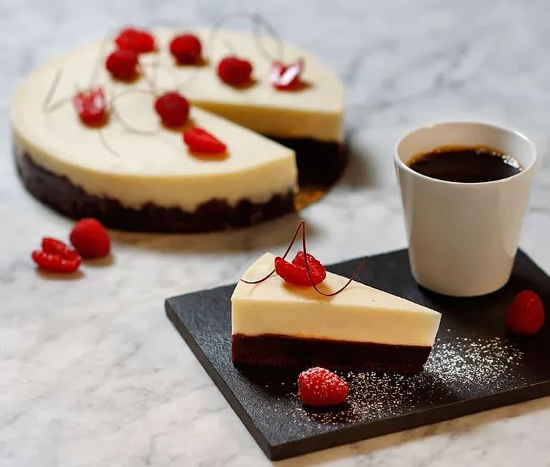 Brownietårta med vit chokladpannacotta