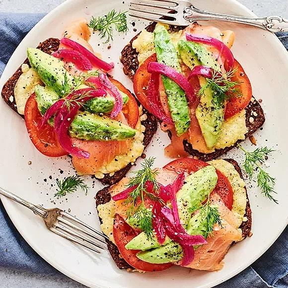 Ostgratinerad smörgås med avokado och rökt lax