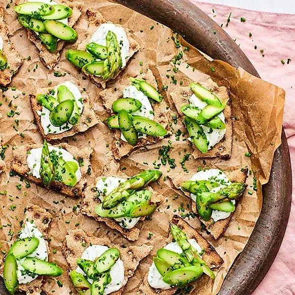 Veganska snittar - knäckebröd med sparris och citronkräm