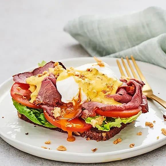 Ägg Benedict med danskt rågbröd och rostbiff
