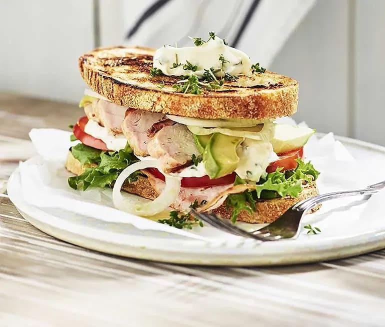 Club sandwich med krassemajonnäs