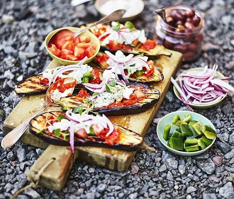 Grillad aubergine med grekisk sallad och tzatziki