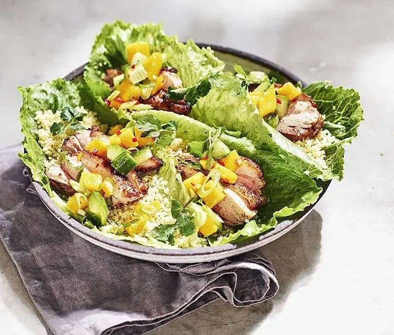 Kryddgrillad kyckling med mangosalsa och couscousfyllda salladsblad