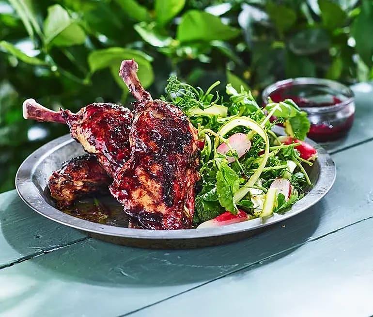 Svartvinbärsglaserad kyckling med sparrissallad