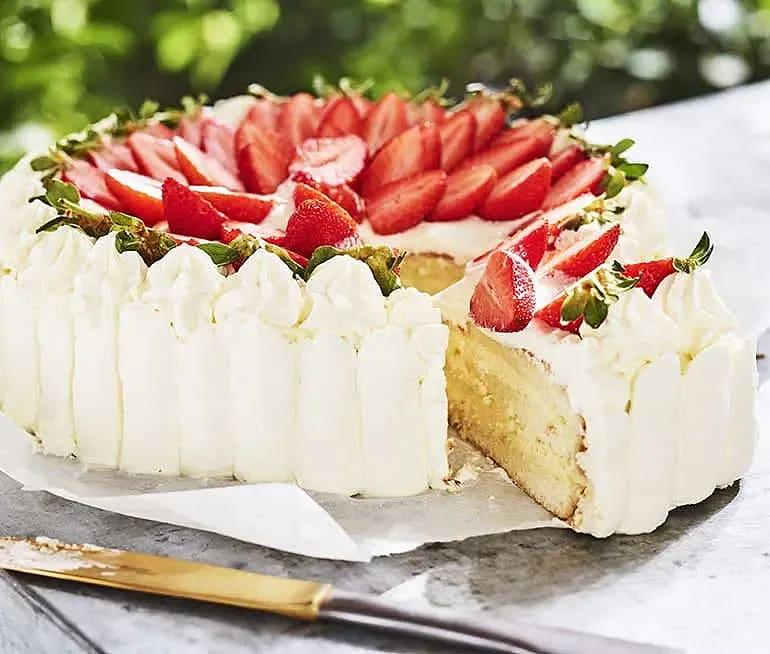 Gräddtårta med fläder, jordgubbar och vit choklad