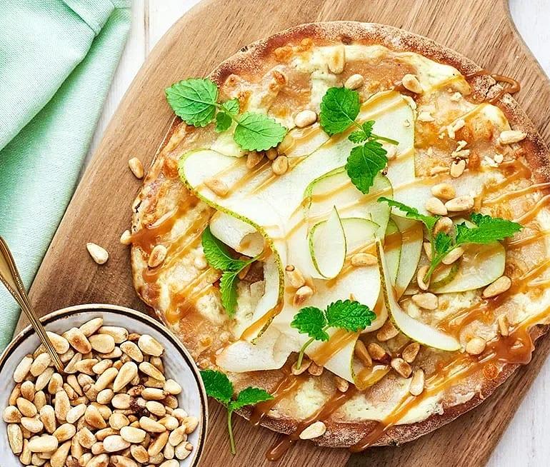 Päronpizza med kolasås och pinjenötter