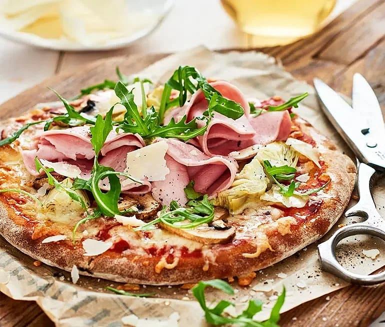 Pizza med kronärtskocka, champinjoner och skinka