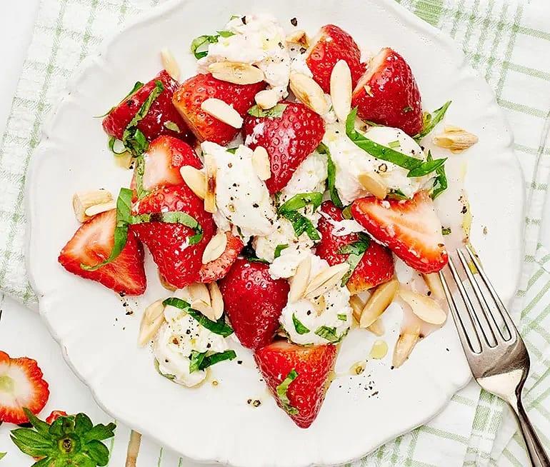 Mozzarella med jordgubbar, basilika och rostad mandel